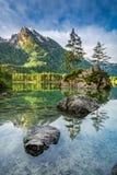 Alba sbalorditiva nel lago Hintersee in alpi Fotografie Stock