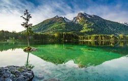 Alba sbalorditiva nel lago Hintersee in alpi Immagini Stock