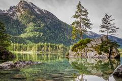 Alba sbalorditiva nel lago Hintersee in alpi di estate Fotografia Stock