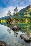 Alba sbalorditiva nel lago Hintersee in alpi in primavera, Germania Fotografie Stock Libere da Diritti