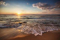 Alba scenica sopra la spiaggia Navi da carico che navigano nel mare Immagini Stock