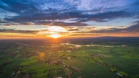 Alba soleggiata del paesaggio agricolo in un campo Immagine Stock