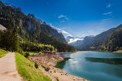 Alba soleggiata nel lago Gosausee in primavera, alpi, Austria Immagini Stock