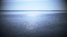 Alba sopra acqua che scintilla come modo del sole stock footage
