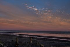 Alba sopra Bristol Bay dal bacino a Ekuk Alaska a bassa marea fotografia stock libera da diritti