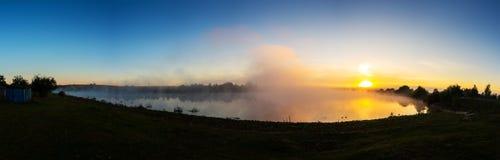 Alba sopra il fiume Colori fantastici Panorama immagini stock