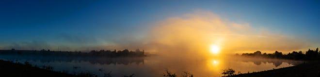 Alba sopra il fiume Colori fantastici Panorama fotografia stock
