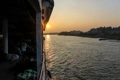 Alba sopra il fiume di Irrawaddy fotografia stock libera da diritti