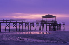 Alba sopra il golfo del Messico con il pilastro in Biloxi, ms Immagine Stock