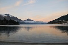 Alba sopra il lago Wakatipu fotografia stock libera da diritti