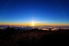 Alba sopra il mare di nubi Immagine Stock