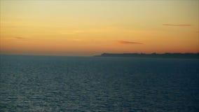 Alba sopra il mare Movimento attraverso il mare all'alba Stretto di Oresund, vicino a Copenhaghen archivi video