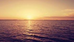 Alba sopra il mare ondulato liscio, timelapse video d archivio