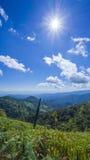 Alba sopra il paesaggio dell'erba ed il panorama della montagna, Chiangmai T immagini stock