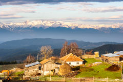Alba sopra il piccolo villaggio in montagna di Rhodope bulgaria Immagine Stock Libera da Diritti