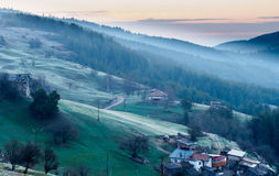 Alba sopra il piccolo villaggio nella montagna Fotografia Stock