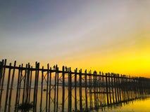 Alba sopra il ponte di U Bein fotografia stock