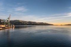 Alba sopra il porto di Otago ed il porto Chalmers, Nuova Zelanda Fotografia Stock