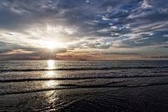 Alba sopra il Sun dell'oceano attraverso le nuvole Fotografia Stock Libera da Diritti