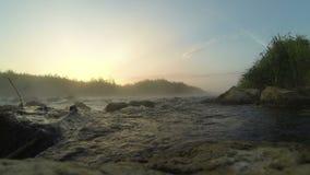 Alba sopra il timelapse precipitante del fiume video d archivio