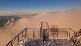 Alba sopra l'inversione delle montagne video d archivio