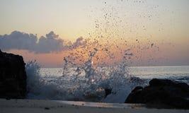 Alba sopra l'oceano l'Atlantico La magia ondeggia il funzionamento sulla sabbia della spiaggia Immagini Stock Libere da Diritti