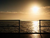 Alba sopra l'oceano Pilastro di legno vuoto alla bella mattina variopinta Molo turistico Fotografia Stock Libera da Diritti