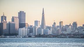 Alba sopra l'orizzonte della città di San Francisco immagine stock