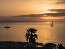 Alba sopra la baia sopra la città principale sull'isola greca di Corfù Fotografie Stock