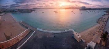 Alba sopra la baia di Birzebugga, Malta Immagini Stock