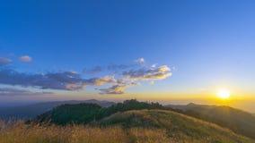 Alba sopra la catena montuosa fotografie stock libere da diritti