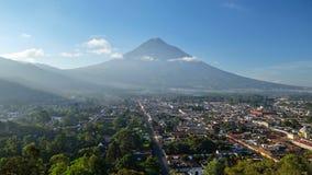 Alba sopra la città dell'Antigua, Guatemala immagini stock libere da diritti