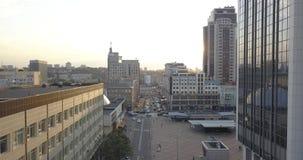 Alba sopra la città, primo piano sulle siluette del centro moderne delle costruzioni dell'orizzonte di Kiev pixel di 4k 4096 x 21 video d archivio