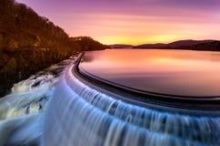 Alba sopra la diga del Croton, NY immagini stock