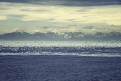 Alba sopra la Groenlandia Gamma di alta montagna circondata dal wa ghiacciato Immagini Stock Libere da Diritti