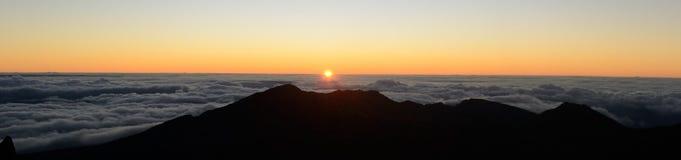 Alba sopra la montagna e le nuvole Immagini Stock