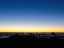 Alba sopra la montagna e le nuvole Fotografia Stock