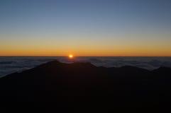 Alba sopra la montagna e le nuvole Fotografie Stock