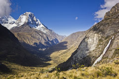 Alba sopra la montagna Huascaran nel Perù con la cascata fotografie stock libere da diritti