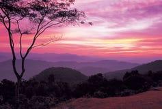 Alba sopra la montagna, Tailandia fotografia stock