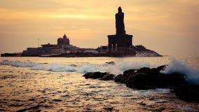 Alba sopra la siluetta del mare della costa dell'India Kanyakumari immagini stock