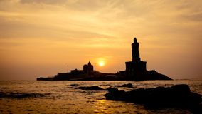 Alba sopra la siluetta del mare della costa dell'India Kanyakumari fotografie stock