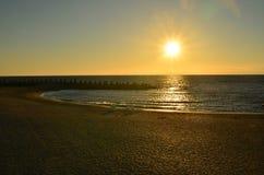 Alba sopra la spiaggia del mare Alone di Sun Chiarore della lente Fotografia Stock Libera da Diritti