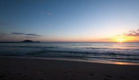 Alba sopra la spiaggia dell'oceano Pacifico, Hawai, U.S.A. immagine stock libera da diritti