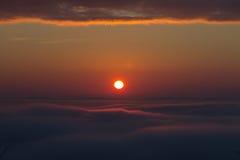 Alba sopra la valle nebbiosa fotografie stock libere da diritti