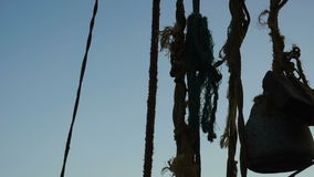 Alba sopra le reti da pesca e la barca cinesi a Cochin, India archivi video