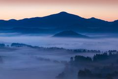 Alba sopra Misty Landscape Vista scenica del cielo nebbioso di mattina con il sol levante sopra Misty Forest immagini stock
