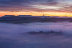Alba sopra Misty Landscape Vista scenica del cielo nebbioso di mattina con il sol levante sopra Misty Forest Middle Summer Nature immagini stock