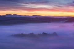 Alba sopra Misty Landscape Vista scenica del cielo nebbioso di mattina con il sol levante sopra Misty Forest Middle Summer Nature fotografie stock libere da diritti
