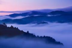 Alba sopra Misty Landscape Vista scenica del cielo nebbioso di mattina con il sol levante sopra Misty Forest Middle Summer Nature immagini stock libere da diritti